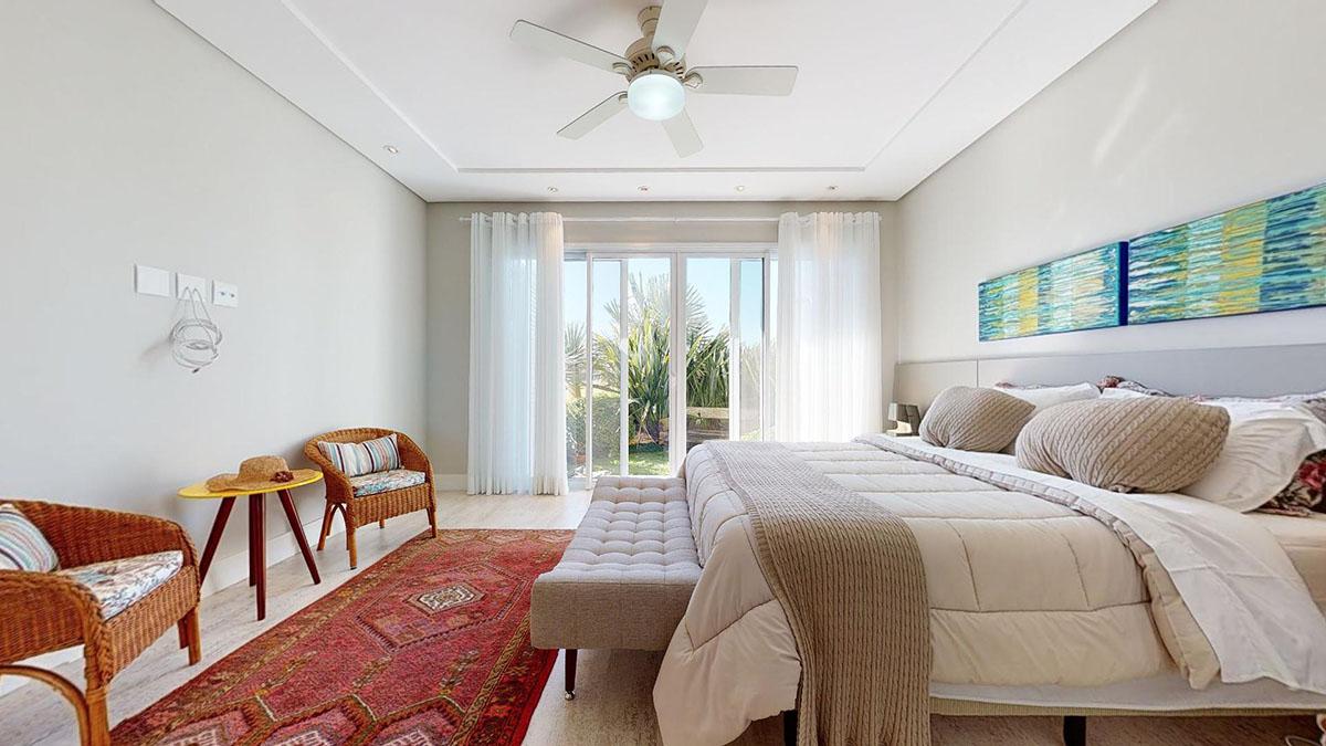 Foto de um quarto com cama de casal e muito iluminado