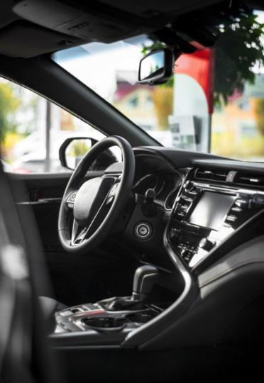 Imagem do interior de um carro